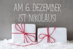 Deux cadeaux avec la neige, Nikolaus Means Nicholas Day Images libres de droits