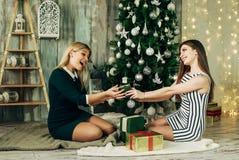 Deux cadeaux ouverts heureux de Noël d'amie Photos libres de droits