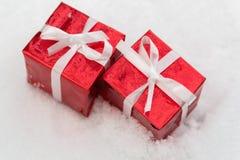 Deux cadeaux rouges pour Noël sur la neige Photo libre de droits