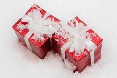 Deux cadeaux rouges pour Noël sur la neige Images libres de droits