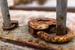 Deux cadenas rouillés sur le pont à Pskov, Russie Photos stock