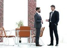 Deux cadres commerciaux parlant des affaires dans le bureau Image stock