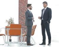 Deux cadres commerciaux parlant des affaires dans le bureau Images libres de droits