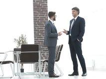 Deux cadres commerciaux parlant des affaires dans le bureau Photos stock