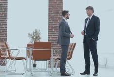 Deux cadres commerciaux parlant des affaires dans le bureau Photographie stock libre de droits