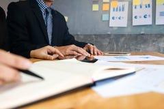 deux cadres commerciaux se réunissant analysant le papier de données sur le lieu de travail photos stock