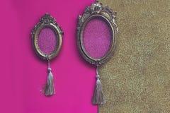 Deux cadres de tableau ovales d'or de vintage sur le backgr rose et d'or Photo libre de droits