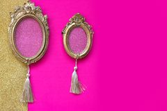 Deux cadres de tableau ovales d'or de vintage sur le backgr rose et d'or Photos libres de droits