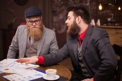 Deux cadres heureux se réunissant dans un café et ayant une conversation d'affaires images libres de droits
