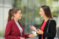 Deux cadres parlant sur la rue photo stock