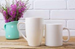 Deux café blanc et cappuccino attaquent la maquette avec le pourpre marron la Floride Photographie stock libre de droits