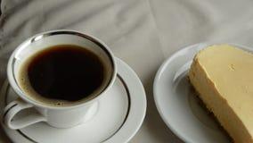 Deux cafés et deux plats avec le gâteau au fromage une femme préparent un petit déjeuner délicieux clips vidéos
