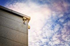 Deux caméras de sécurité du côté d'un bâtiment moderne Photographie stock libre de droits