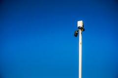 Deux caméras de sécurité sur le poteau photos libres de droits