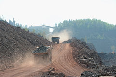 Deux camions de déchargeur avec les pierres chargées conduisant le long dans un quary M Images libres de droits