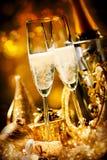 Deux cannelures effervescentes romantiques de champagne Photographie stock libre de droits