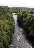 Deux canoéistes sur la rivière au-dessous du canal de pontcysyllte au Pays de Galles Photo stock