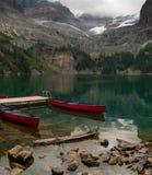Deux canoës attendant l'utilisation dans le Canadien les Rocheuses en Yoho National Park photos libres de droits