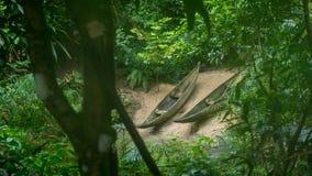 Deux canoës attendant pour être employé image stock