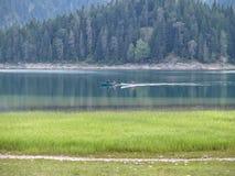 Deux canoës avec des personnes à l'intérieur dans un petit lac de montagne après la pluie montenegro photos stock