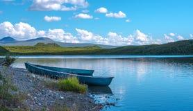 Deux canoës bleus images stock