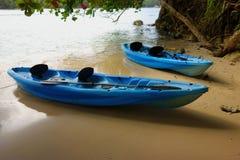 Deux canoës bleus sur la plage Jamaïque image libre de droits