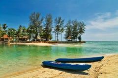 Deux canoës de kayask sur une plage tropicale image libre de droits