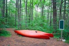 Deux canoës ou kayaks rouges photos libres de droits