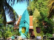Deux canoës, se tenant droits sur une île tropicale dans les Caraïbe image libre de droits