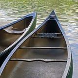 Deux canoës sur un lac photographie stock libre de droits