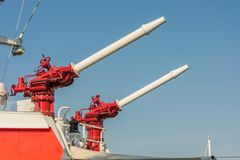Deux canons à eau à bord d'un bateau de la délivrance de mer photo stock