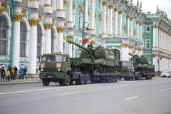 Deux canons autopropulsés Msta-S d'artillerie sur des remorques Préparation pour tenir un défilé en l'honneur de Victory Day photographie stock