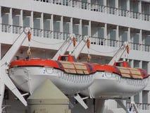 Deux canots de sauvetage de revêtement de croisière Images libres de droits