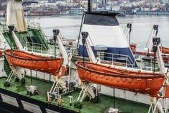 Deux canots de sauvetage oranges sur les daviers du bateau Photo stock