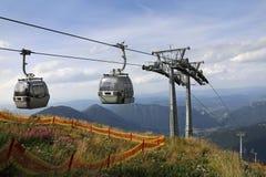 Deux carlingues de funiculaire sur le dessus de la montagne Photographie stock libre de droits