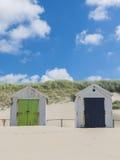 Deux carlingues ou huttes sur la plage photographie stock libre de droits