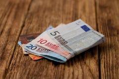 Deux cartes de crédit placées dans d'euro factures Image libre de droits