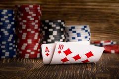 Deux cartes et jetons de poker sur le fond en bois Photos libres de droits