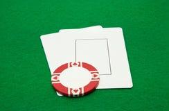 Deux cartes vierges de jeu avec le casino ébrèchent sur le vert Photos libres de droits