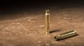 Deux cartouches AR-15 vides sur un plancher Images libres de droits