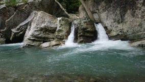 Deux cascades sur les roches photo libre de droits