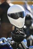Deux casques de moto sur un plan rapproché de guidon de moto images stock
