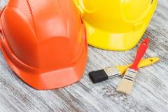 Deux casques et pinceaux de construction image stock