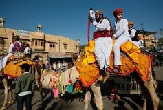 Deux cavaliers courageux de chameau avec des épées étant assorties à la caravane Photographie stock