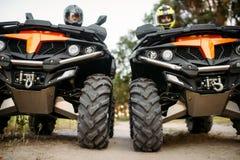 Deux cavaliers sur des vélos de quadruple, vue de face, plan rapproché photos stock