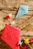 Deux cerfs-volants colorés de papier fait main image libre de droits