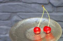 Deux cerises rouges avec des coupes Photo libre de droits