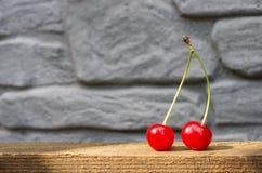 Deux cerises rouges avec des coupes Photos libres de droits