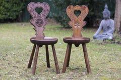 Deux chaises avec un coeur forment, Bouddha à l'arrière-plan Photo stock