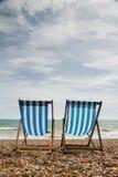 Deux chaises de plate-forme sur Brighton Beach, Angleterre Photographie stock libre de droits
